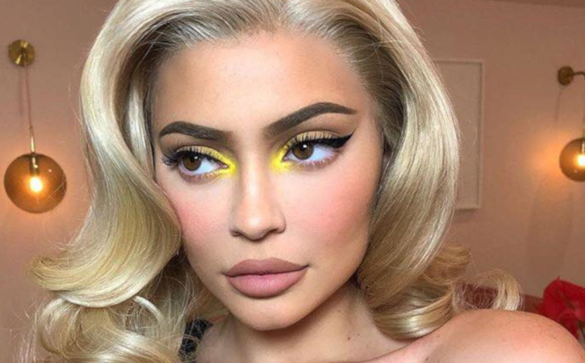 Kylie-Jenners-Most-Glamorous-Makeup-Looks-To-Copy-For-The-Holidays-yellow-inner-corner-highlight1