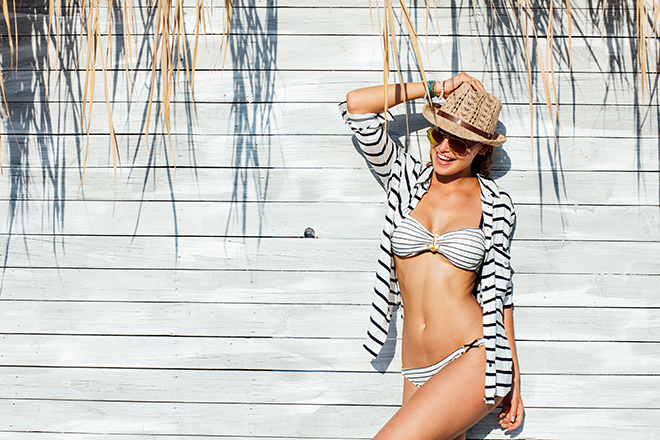 how-to-wear-stripes-girl-in-stripes-at-the-beach