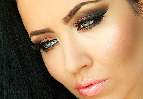 How to do smokey eyes? A question that seems to have such a complicated answer, however, when you have a makeup guidebook at hand, nothing seems to be ...