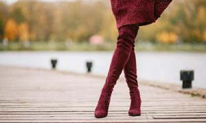 how-to-wear-over-the-knee-and-knee-high-boots-fashionisers-woman-walking-in-red-boots