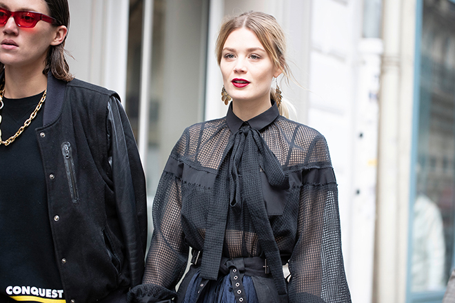 how-to-dress-to-attend-a-show-at-fashion-week-casual-style-unique-fashion-woman-in-cute-black-outfit
