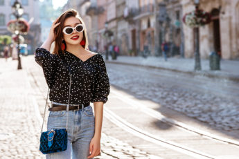 how-to-make-your-waist-look-smaller-woman-in-high-waisted-jeans