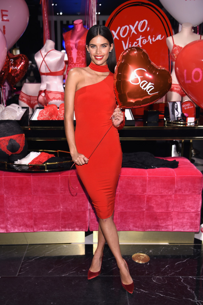 Get-In-The-Holiday-Spirit-With-These-Red-Hot-Celeb-Looks-Sara-Sampaio