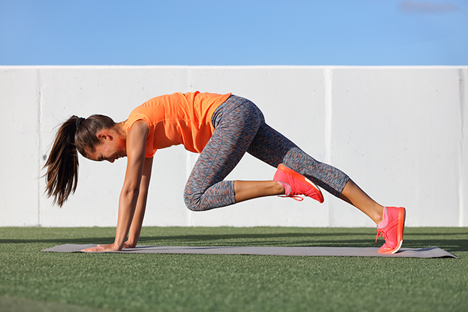 simple-cardio-exercises-to-try-at-home-woman-doing-mountain-climbers
