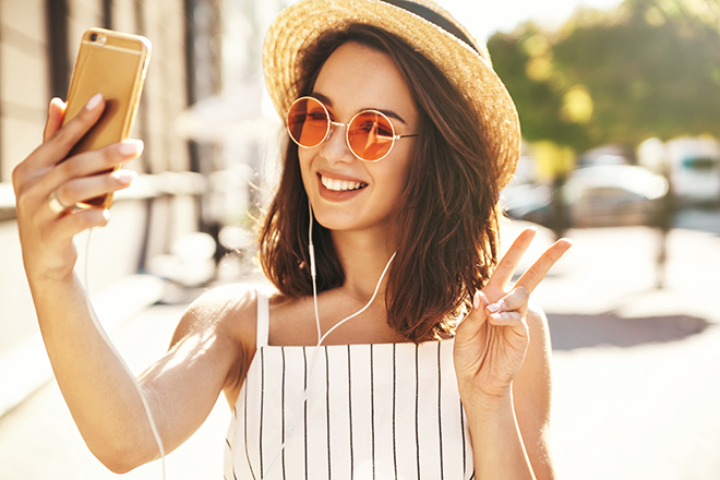 How-to-Get-More-Likes-on-Instagram-girl-taking-selfie