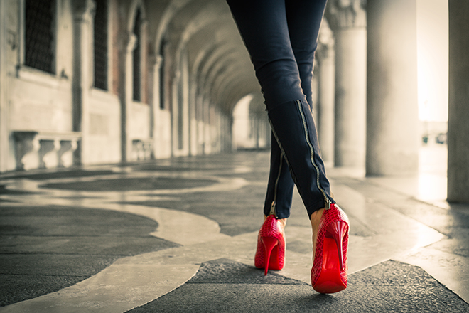 Tips-to-Have-Long-Enviable-Legs-woman-in-skinny-pants-and-heels-2