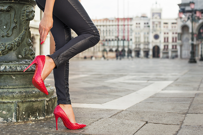 Tips-to-Have-Long-Enviable-Legs-woman-in-skinny-pants-and-heels