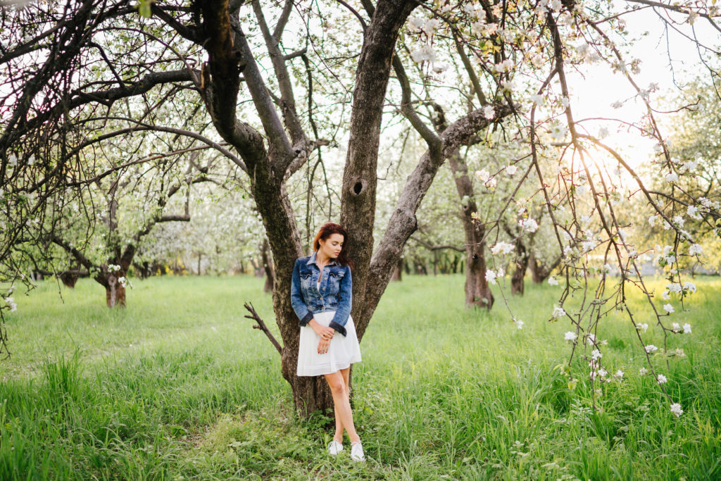 How-to-Wear-a-Sundress-beautiful-woman-in-a-sundress-with-a-denim-jacket-in-the-sun