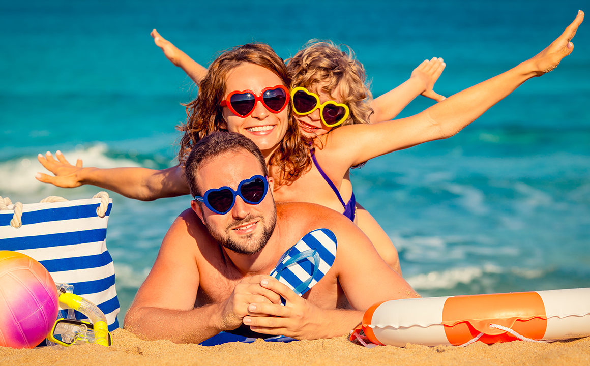 family-photoshoot-on-beach-why-you-should-book-photoshoot-main-image