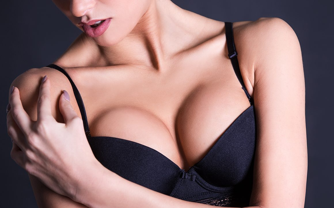 how-to-tell-if-you-are-wearing-the-wrong-bra-size-main-image-woman-in-bra