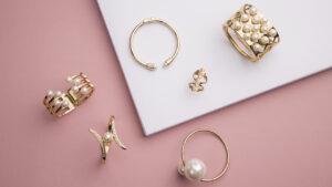 minimalist-jewelry-trends-jewelry-on-pink-background