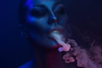 davinciiq2-vaporizer-review-woman-smoking-with-vaporizer