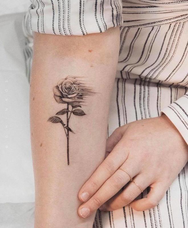 mesmerizing flower tattoos for women