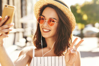 accessories-that-will-make-any-outfit-stylish-main-image-girl-in-cute-hat-and-glasses