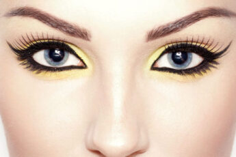 everything-you-need-tokow-about-wearing-and-handling-eye-contact-lenses-close-up-on-eyes