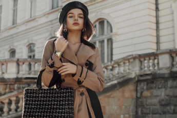 how-to-wear-a-trench-coat-woman-in-trench-coat-in-city