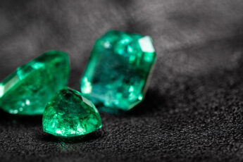 style-gemstones-like-celebrities-beautiful-emeralds