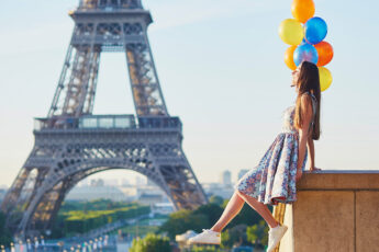 things-to-do-before-you-turn-30-woman-with-balloons-at-eiffel-tower2