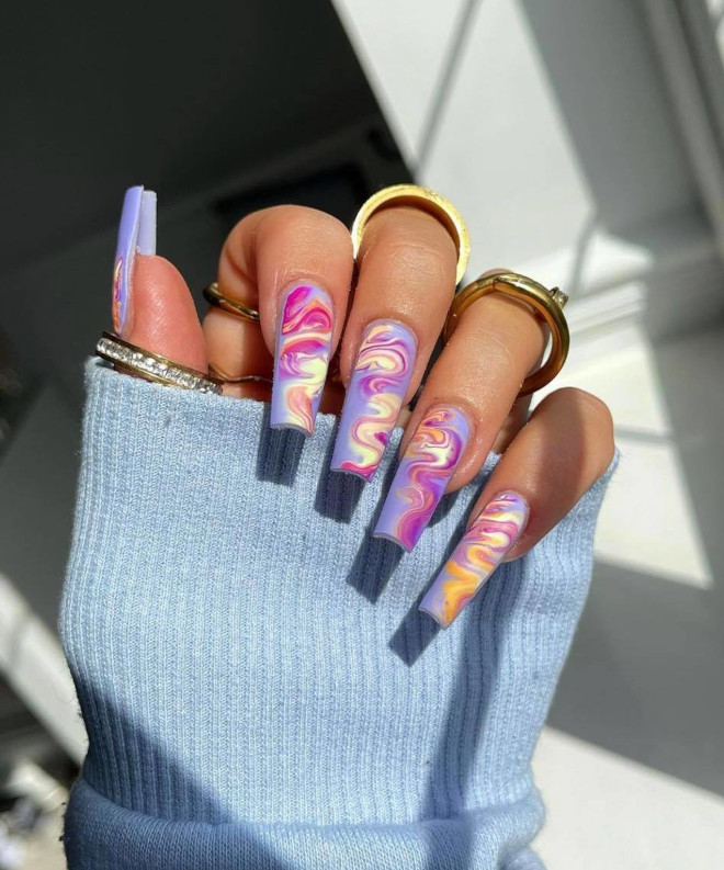 swirl nails is the 60s-inspired nail art trend that will