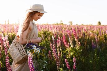 minimalistic-fashion-woman-in-a-field