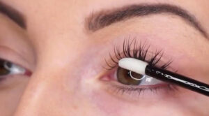 everything-about-eyelash-extensions-main-image-woman-applying-extensions