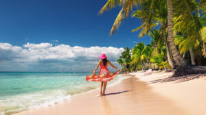 comfortabel-style-the-best-travel-fashion-for-women-woman -on-the-beach