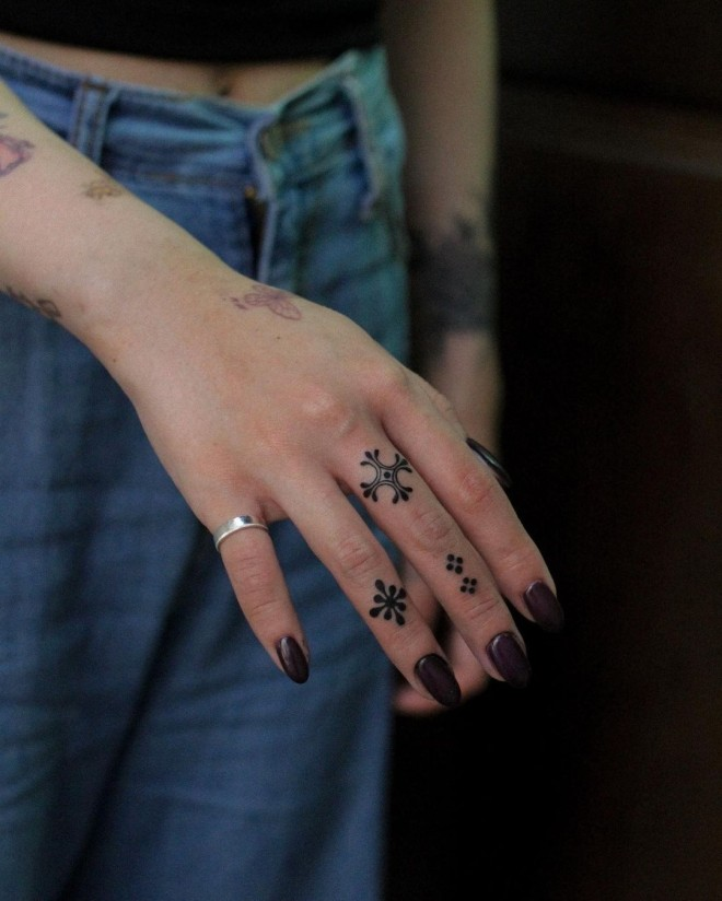 Complement This Fall With These Chic Finger Tattoos!